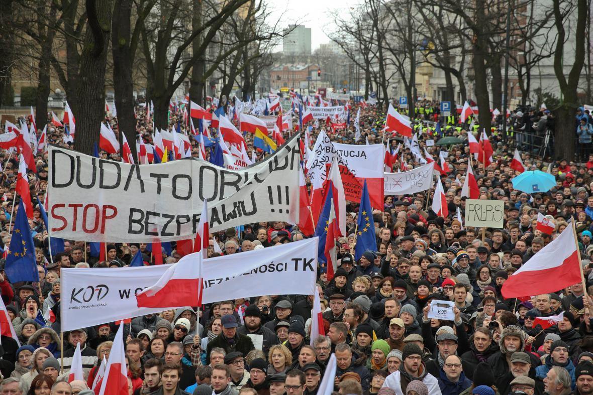 Poláci demonstrují proti nedávným krokům vládnoucí strany PiS