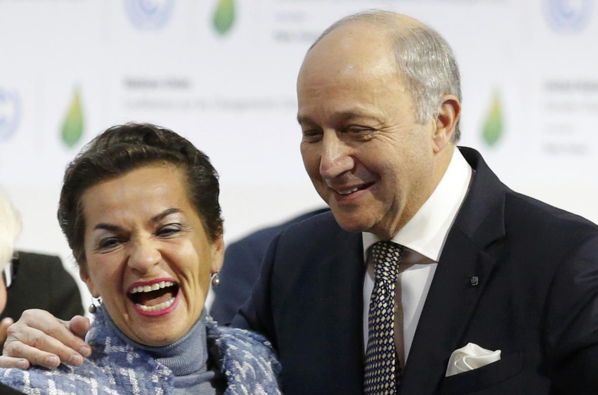 Christiana Figueresová, výkonná tajemnice UNFCCC, se raduje spolu s francouzským ministrem zahraničních věcí Laurentem Fabiusem