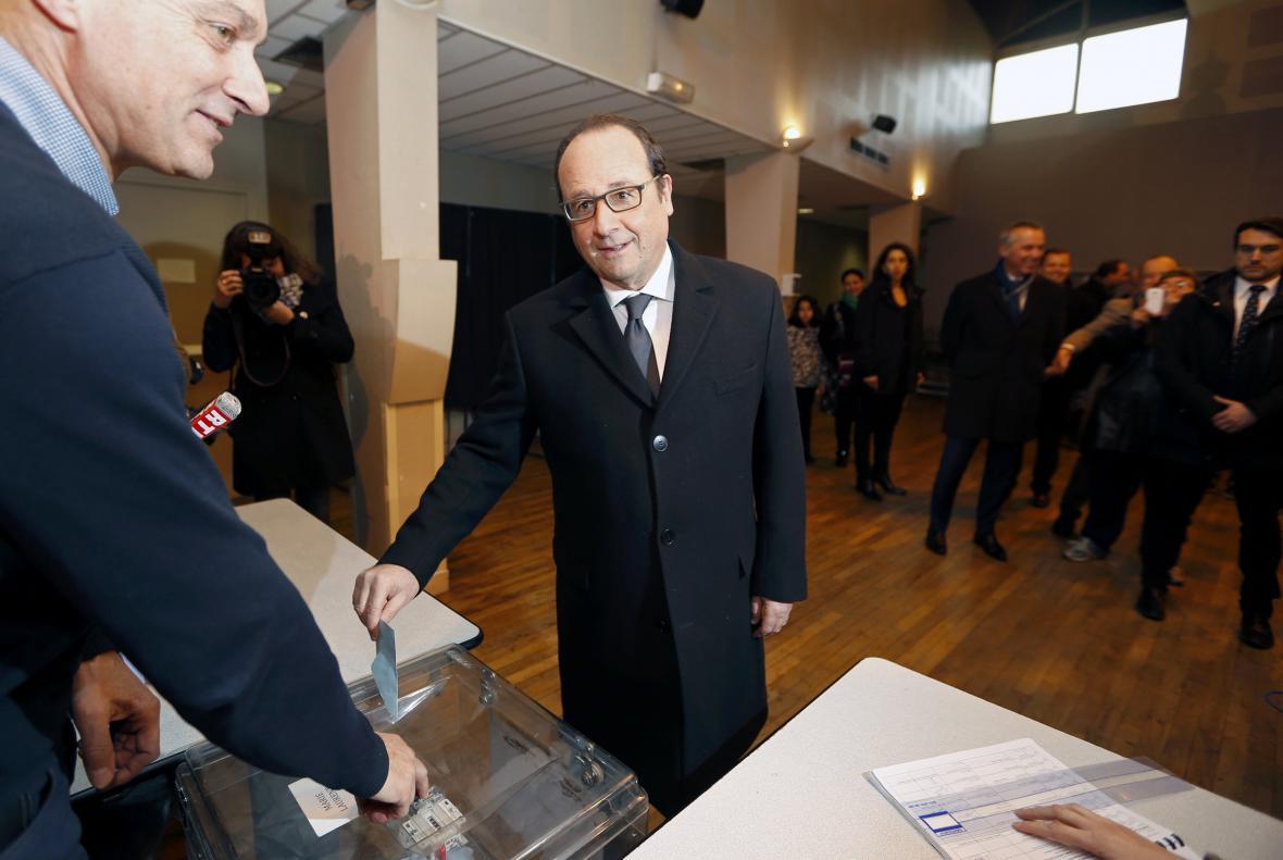 Francois Hollande hlasuje ve druhém kole regionálních voleb