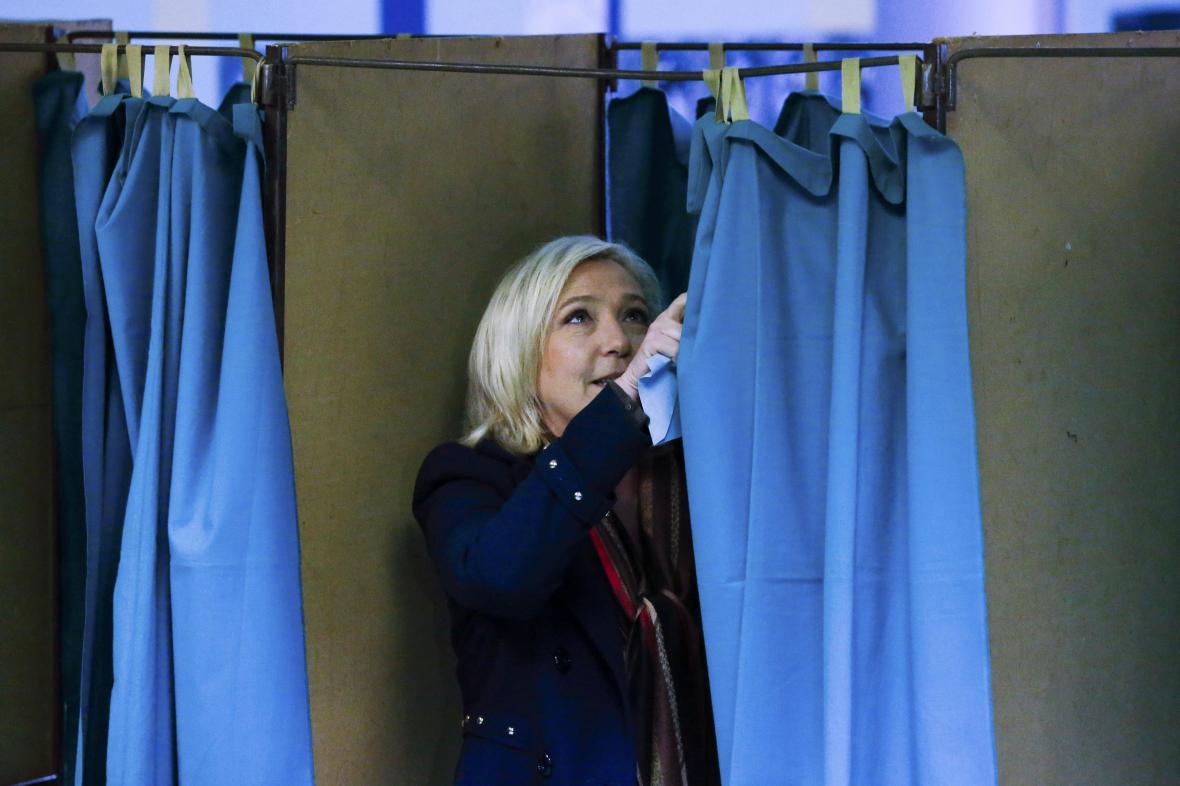 Marine Le Penová ve volební místnosti v Hennin-Beaumont