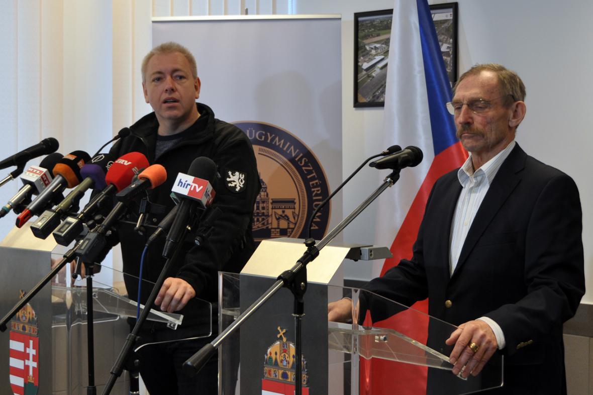 Ministr vnitra Milan Chovanec a jeho maďarský kolega Sándor Pintér