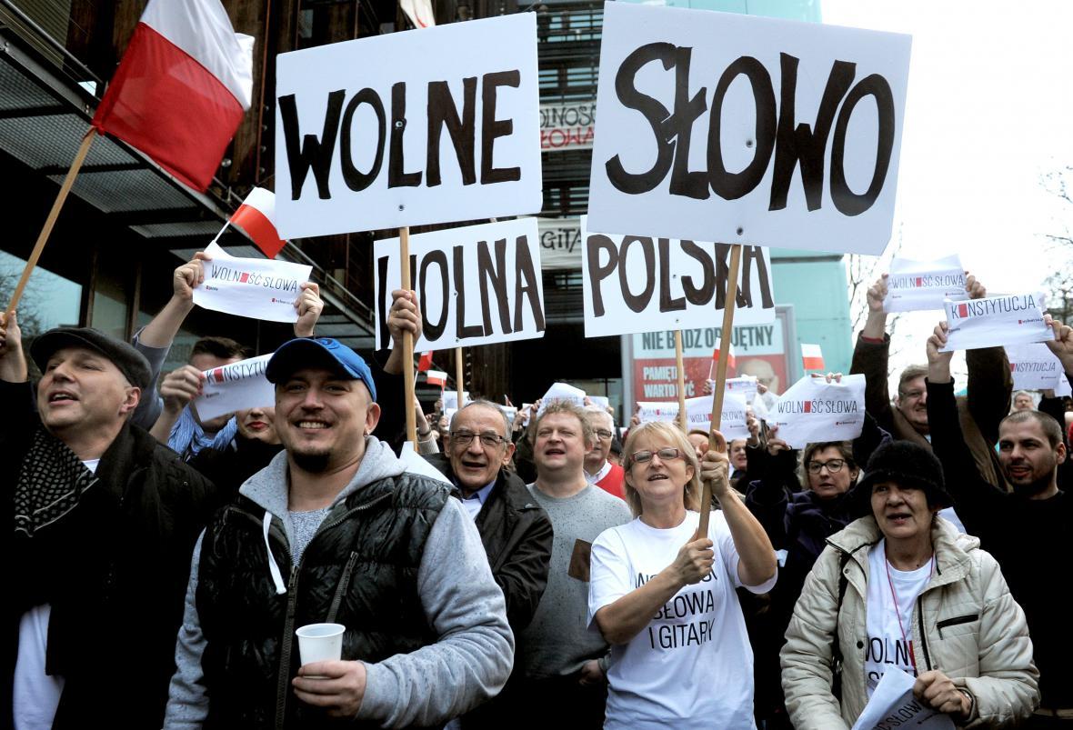 Poláci demonstrovali proti deníku Gazeta Wyborcza