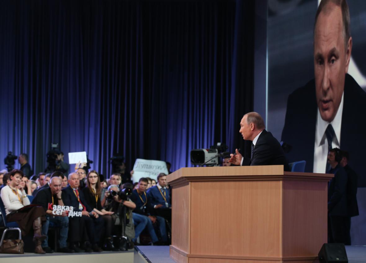 Vladimir Putin odpovídá novinářům