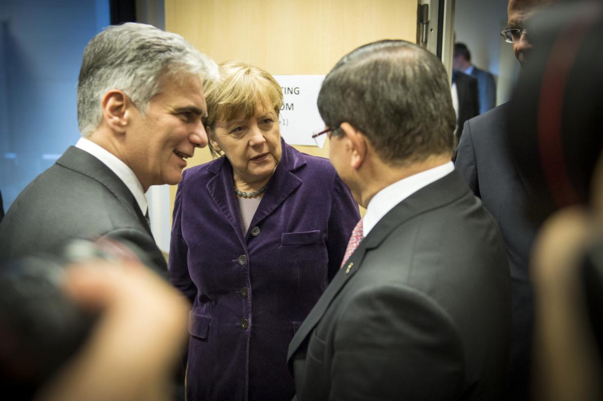 Werner Faymann, Angela Merkelová a Ahmet Davutoglu