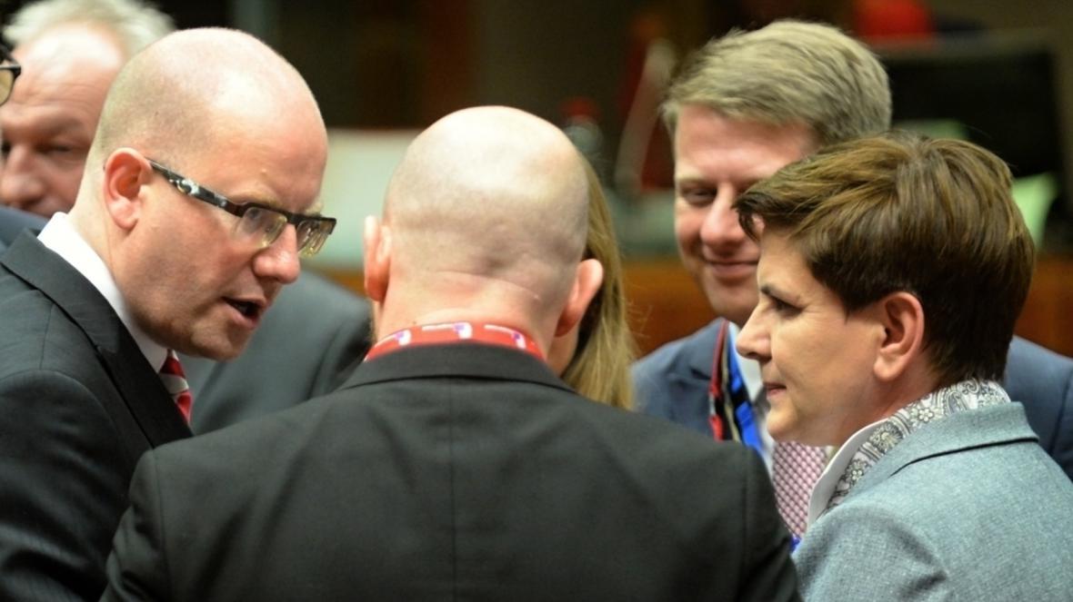 Český premiér Bohuslav Sobotka hovoří mimo jiné s polskou kolegyní Beatou Szydlovou