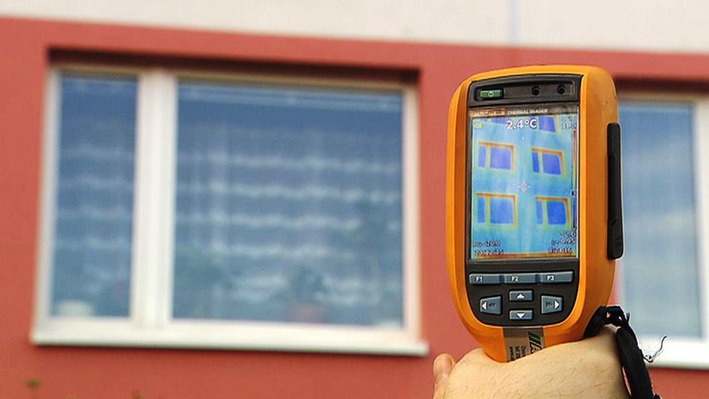 Pohled termokamerou na zateplený dům