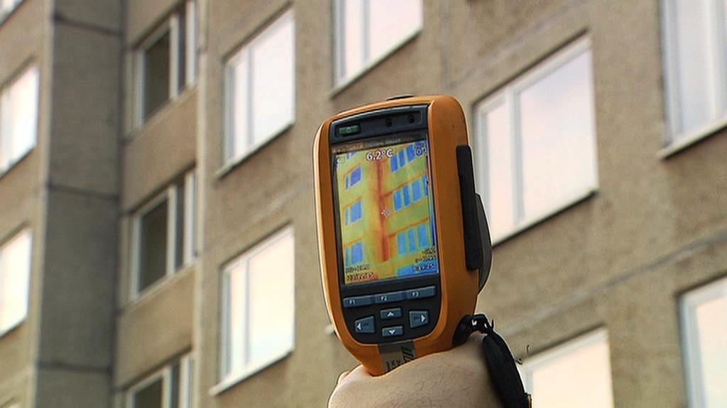 Pohled termokamerou na nezateplený dům