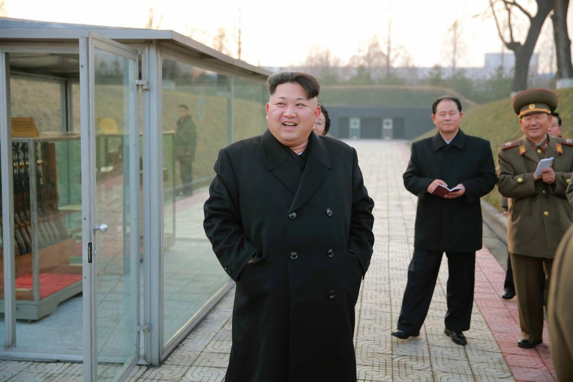 Kim Jong-un kouká na flinty ve vitrínách