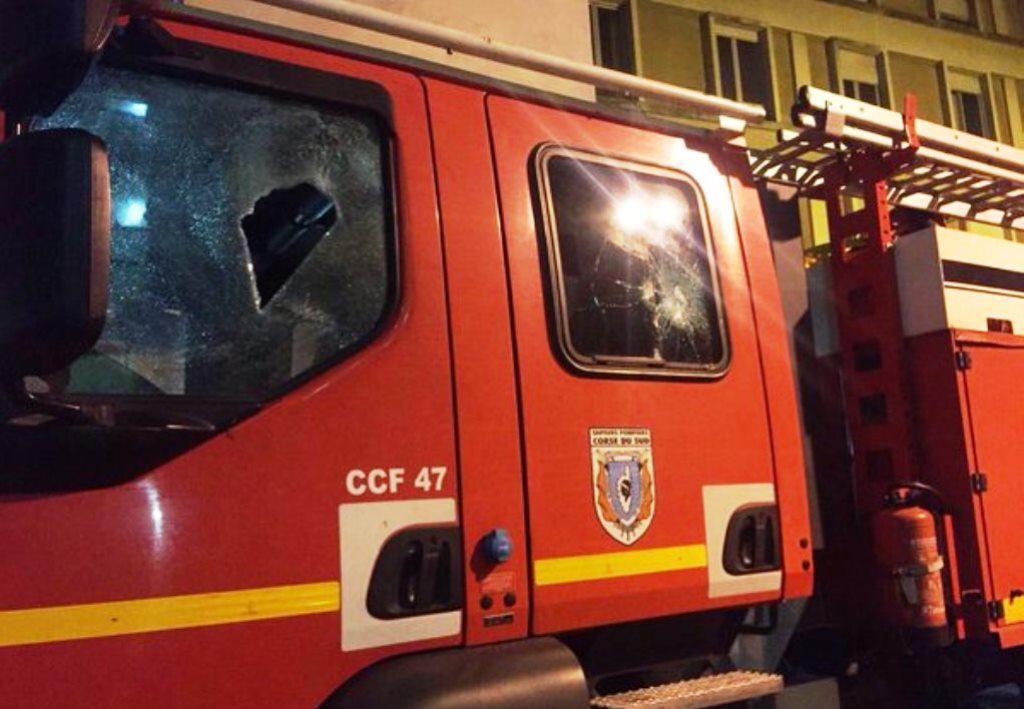 Poničené vozidlo korsických hasičů