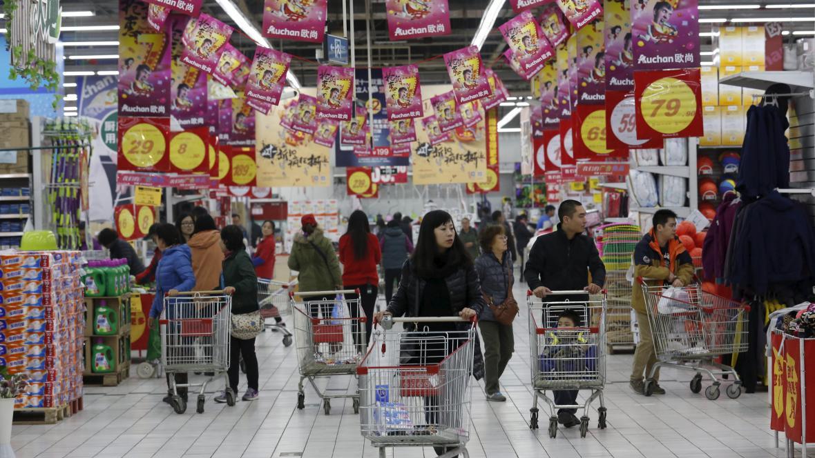 Nakupující v pekingském hypermarketu