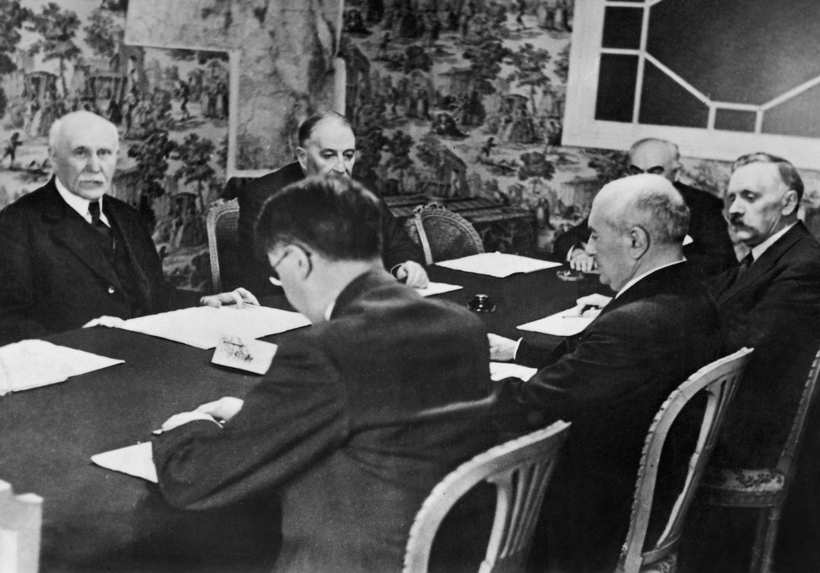 Pétain (vlevo) a jeho kabinet ve Vichy