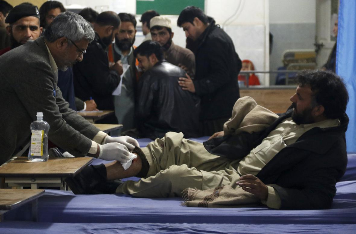 Zraněný muž po útoku před pákistánským vládním úřadem