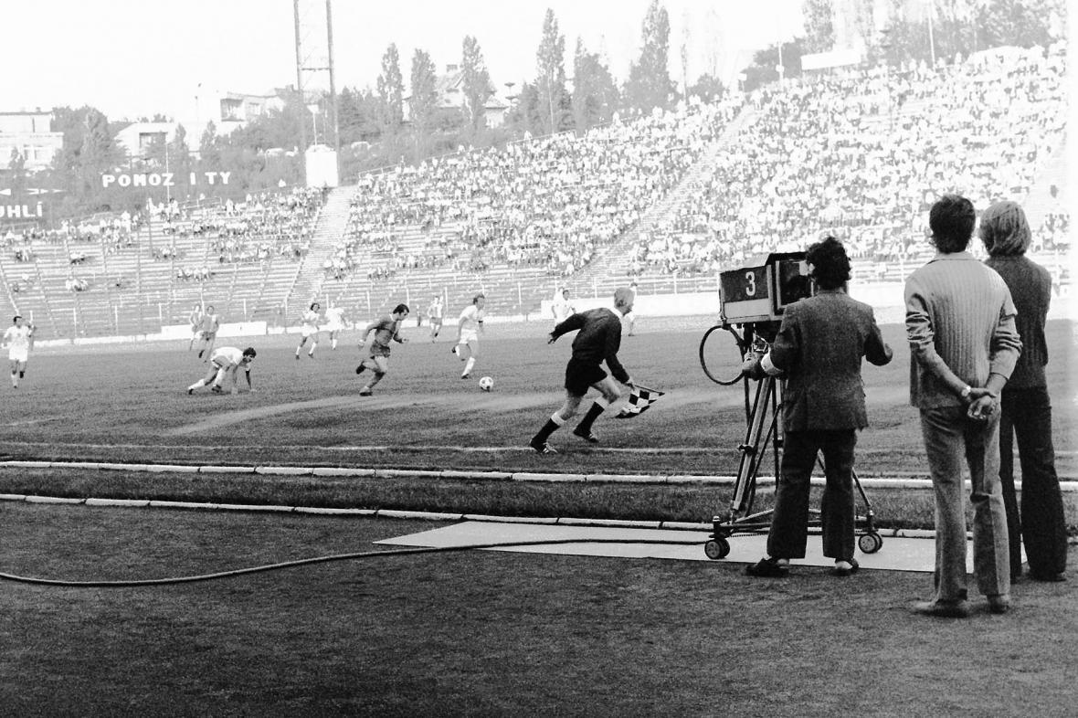 Ostravská televize natáčí zápas Ostravy a Bratislavy v kopané (1974)