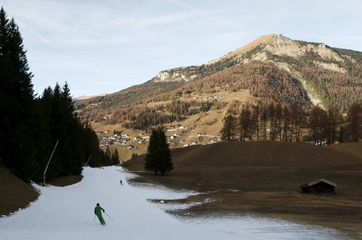 Také italské Dolomity jsou bez přírodní sněhové pokrývky. Na snímku je lyžař ve středisku Val Gardena.