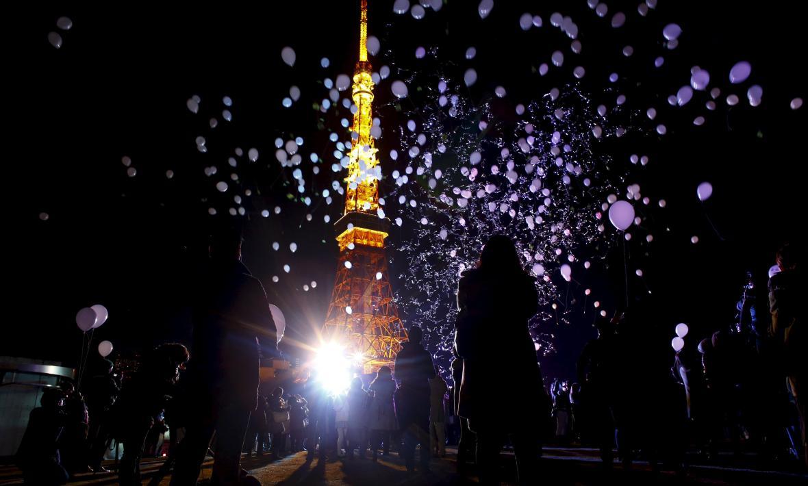 V Japonsku se před Tokyo Tower vypouštěly balónky