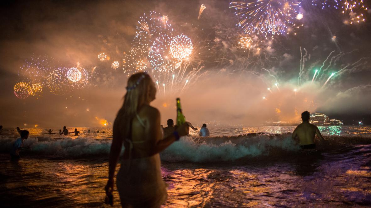 Přivítání nového roku na brazilské pláži Copacabana
