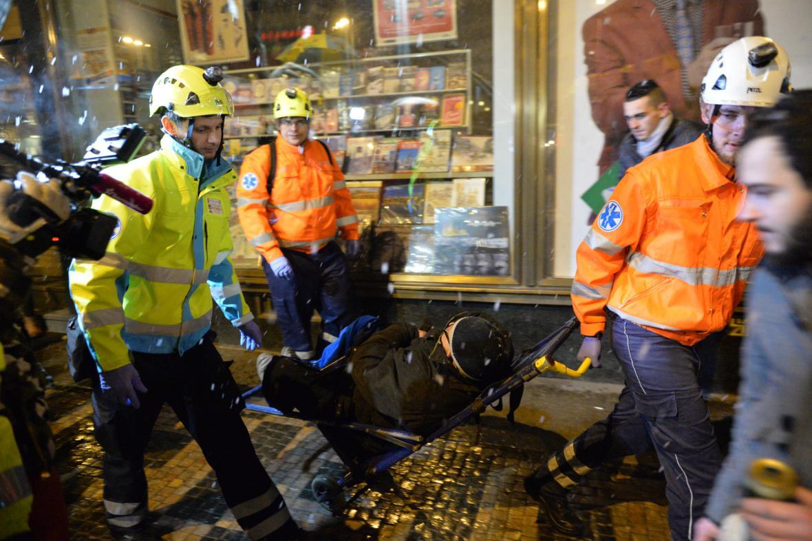 Záchranáři při zásahu po silvestrovské půlnoci na Václavském náměstí v Praze