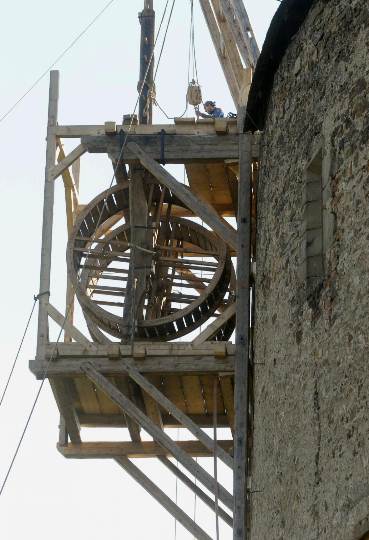 Středověký kolový jeřáb na hradě Točník