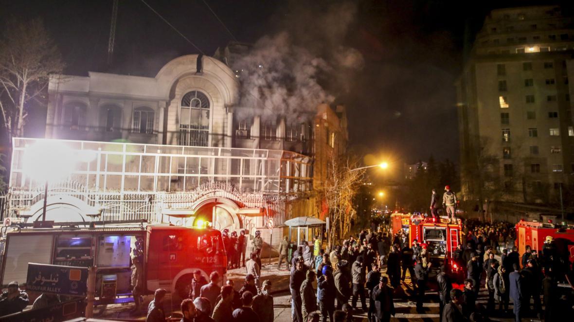 Demonstranti vtrhli kvůli popravě šajcha Nimra na saúdsko-arabskou ambasádu v Teheránu
