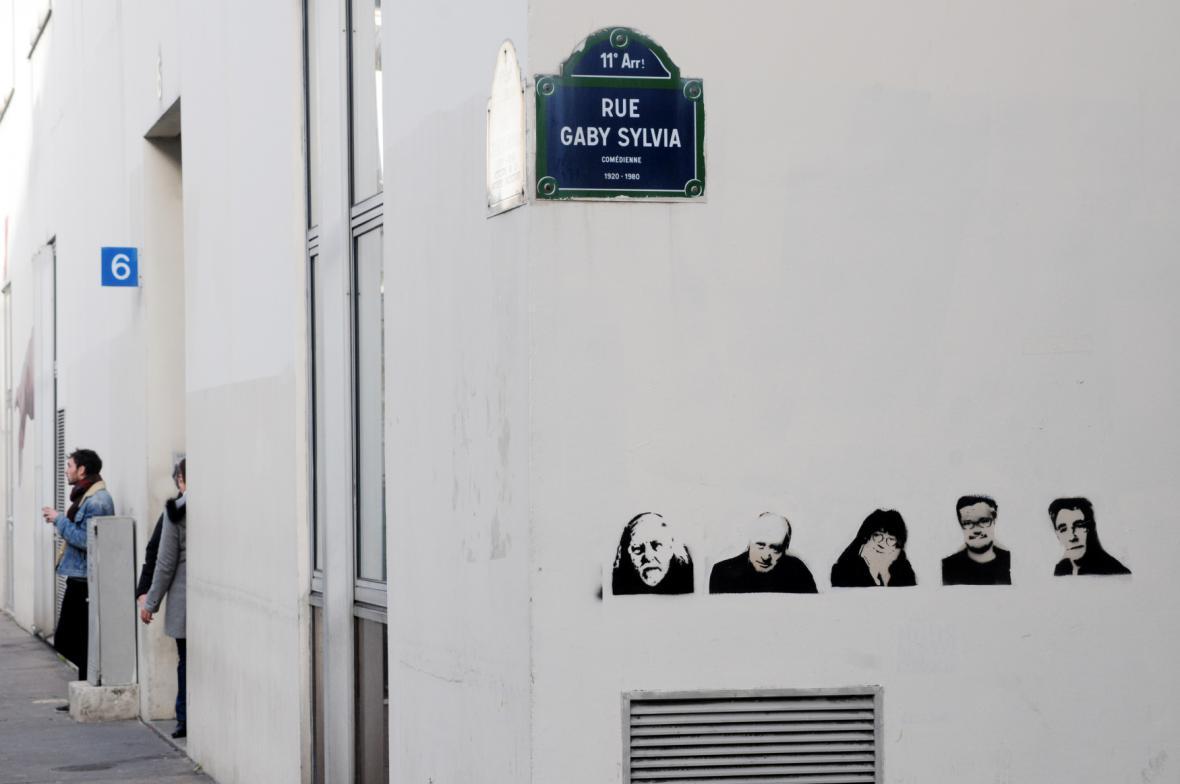 Obrázky zabitých karikaturistů u bývalého sídla redakce Charlie Hebdo
