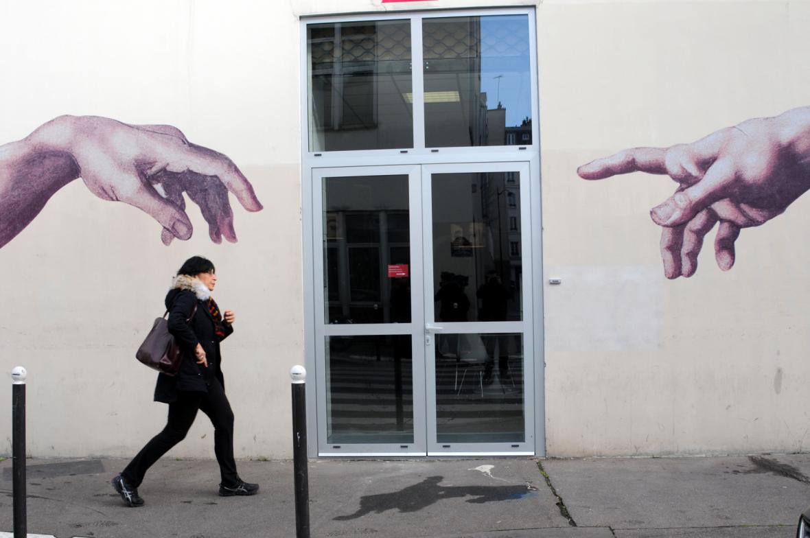 Stvoření Adama na zdech bývalého sídla Charlie Hebdo