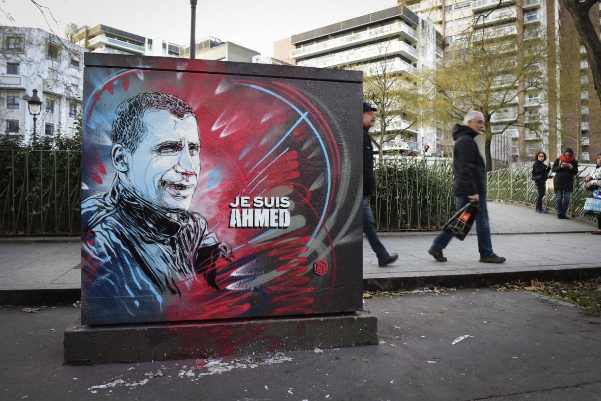 Podobizna zabitého policisty na pařížské zdi