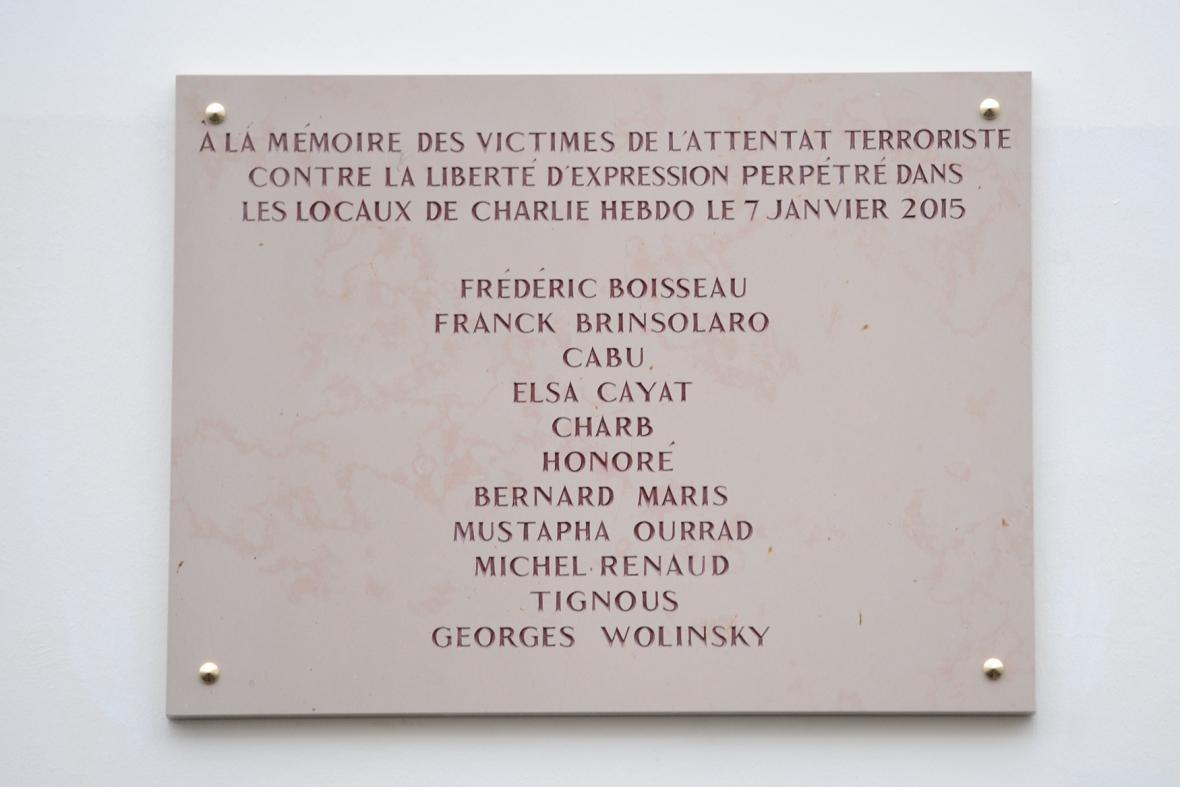 Pamětní deska obětí útoků na Charlie Hebdo