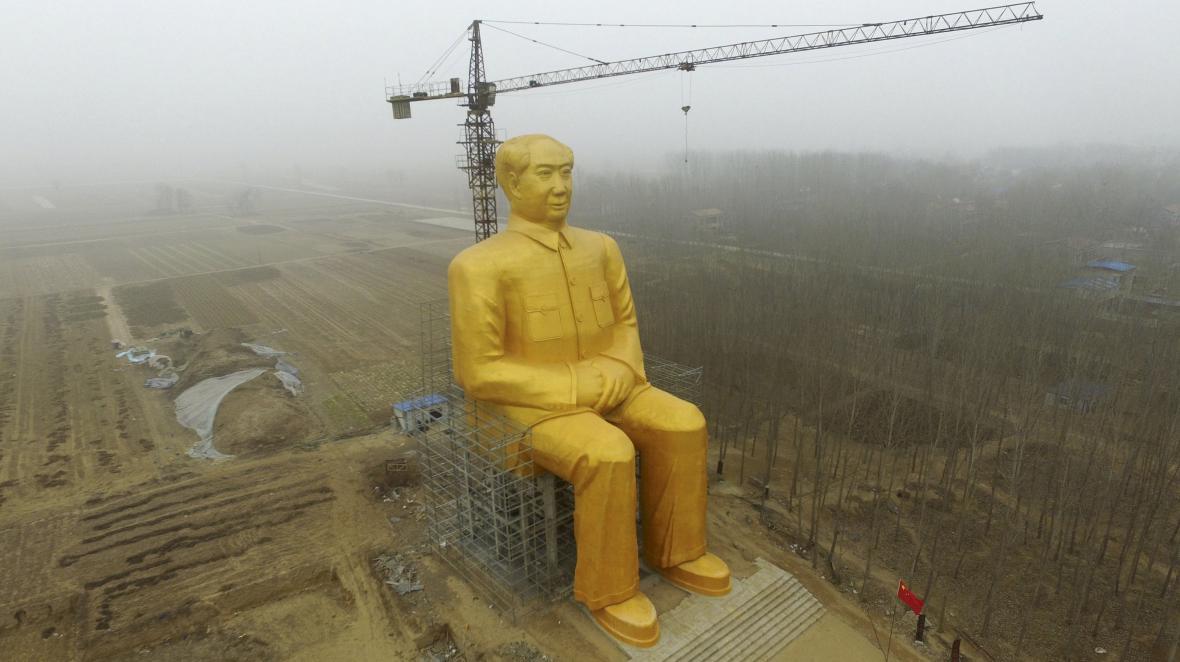 Obrovská, zlatou barvou natřená socha Mao Ce-tunga byla vztyčena v čínské provincii Che-nan