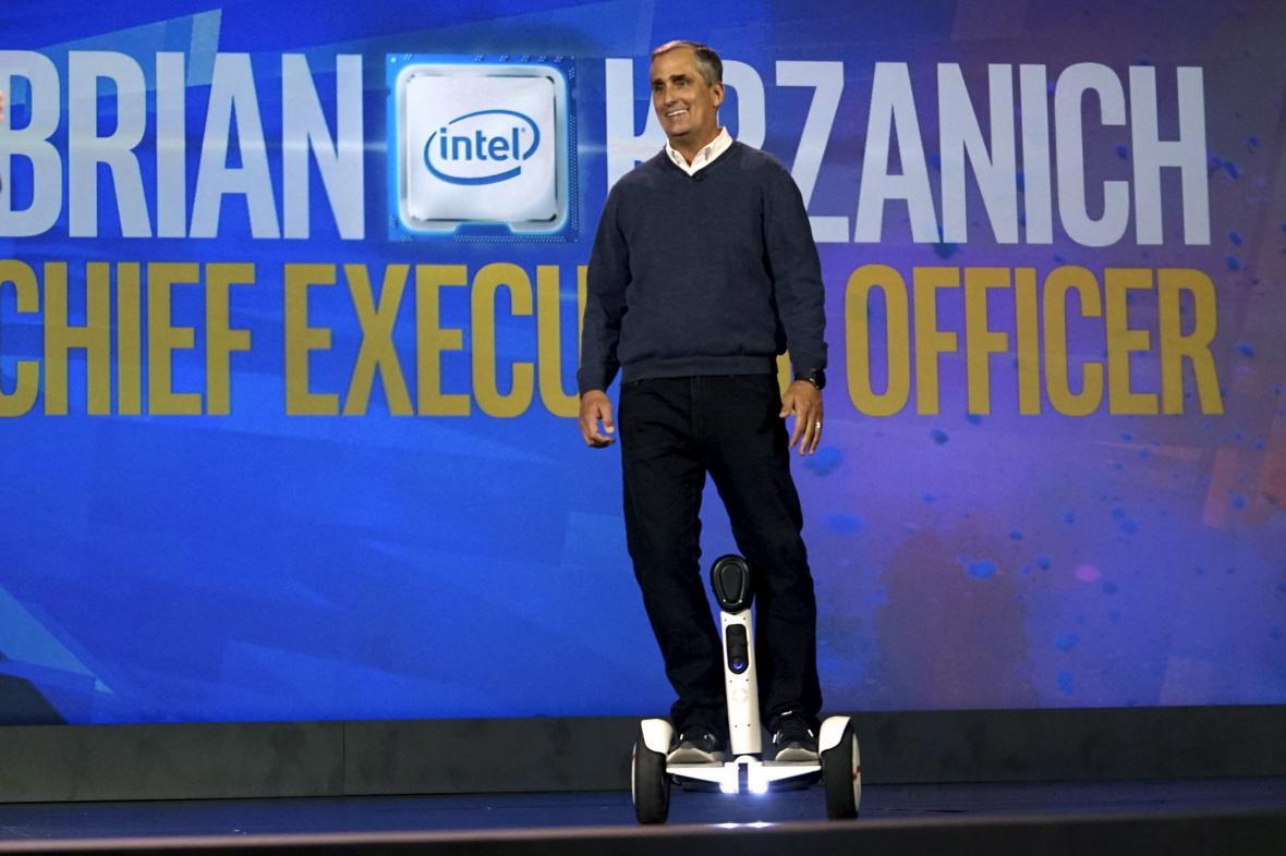 Šéf Intelu Brian Krzanich přijel na své vystoupení na novince od firmy Segway.
