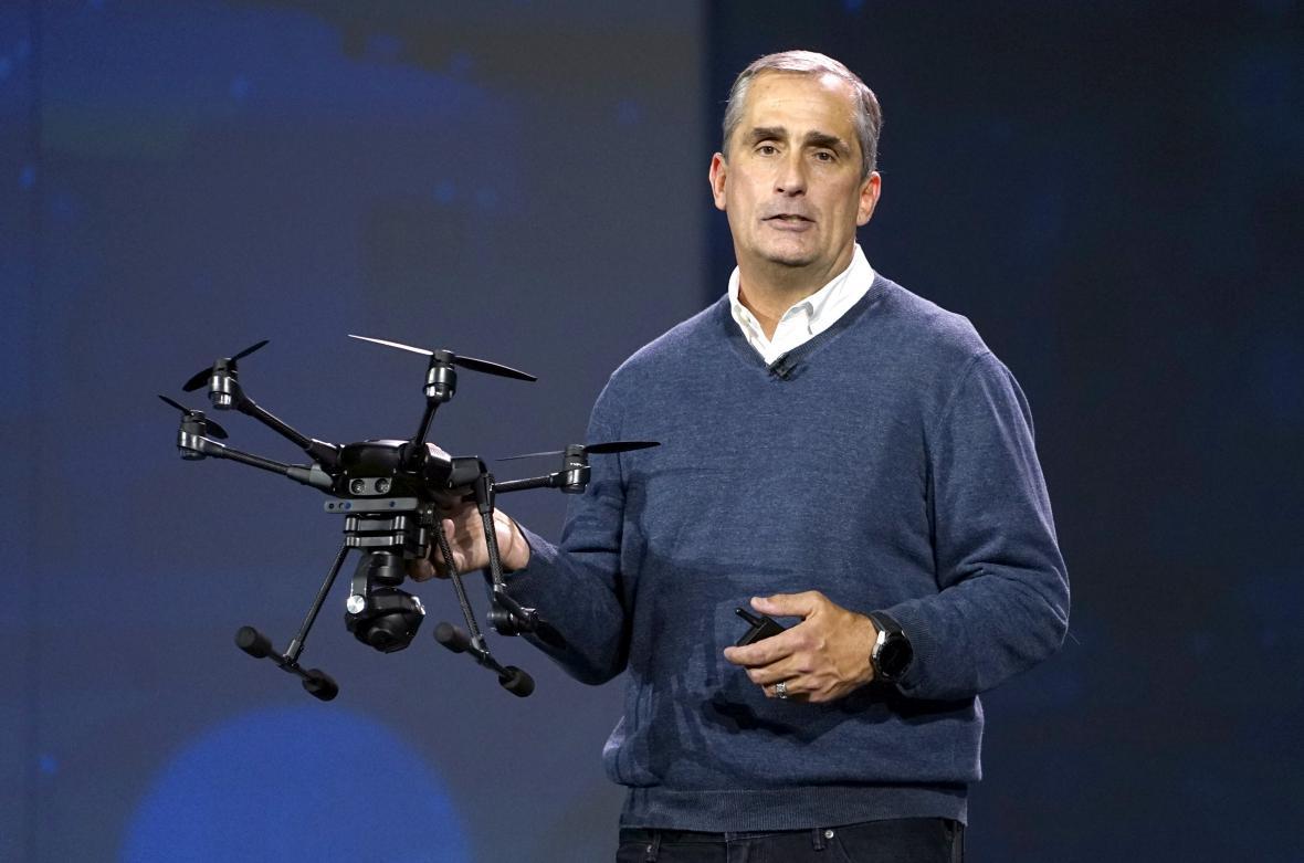 Šéf Intelu Brian Krzanich ukázal na CES nový komerční dron Yuneec Typhoon H.