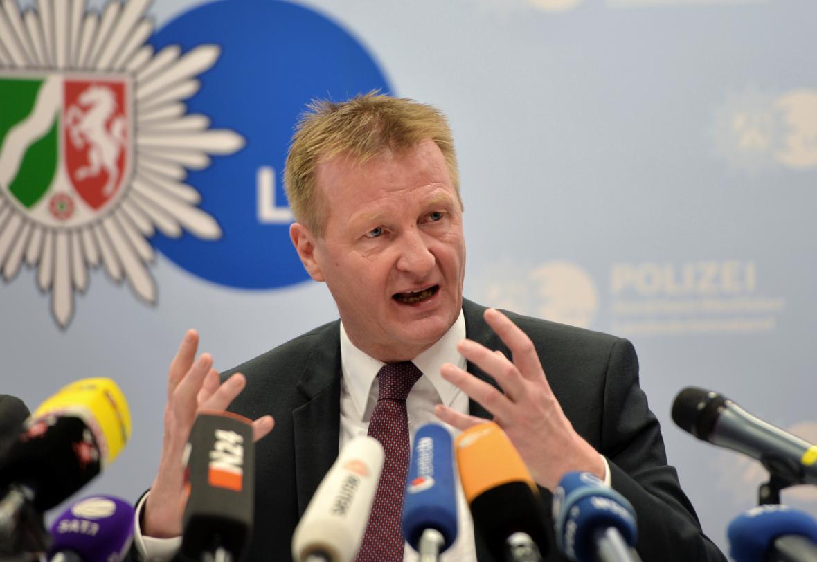 Zemský ministr vnitra informuje o vyšetřování v Düsseldorfu