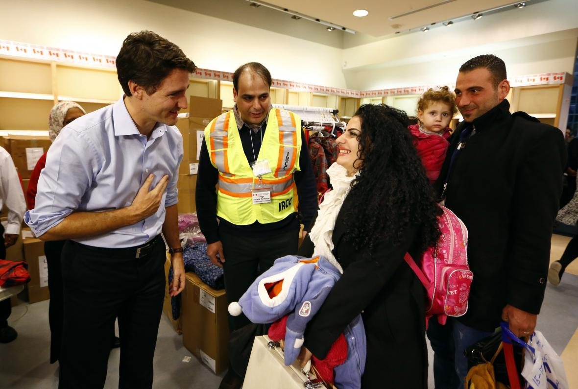 Kanadský premiér Justin Trudeau vítá na letišti v Torontu syrské uprchlíky