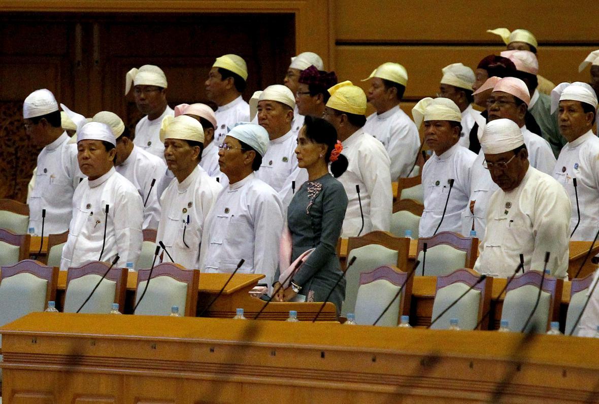 Aun Schan Su Ťij spolu se svými spolustraníky na první schůzi nově zvoleného barmského parlamentu