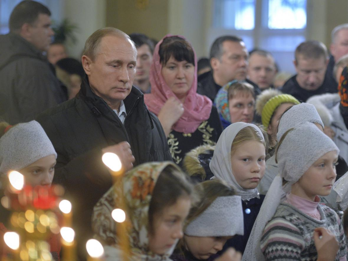 Vladimir Putin se zúčastnil vánoční mše v obci Turginovo