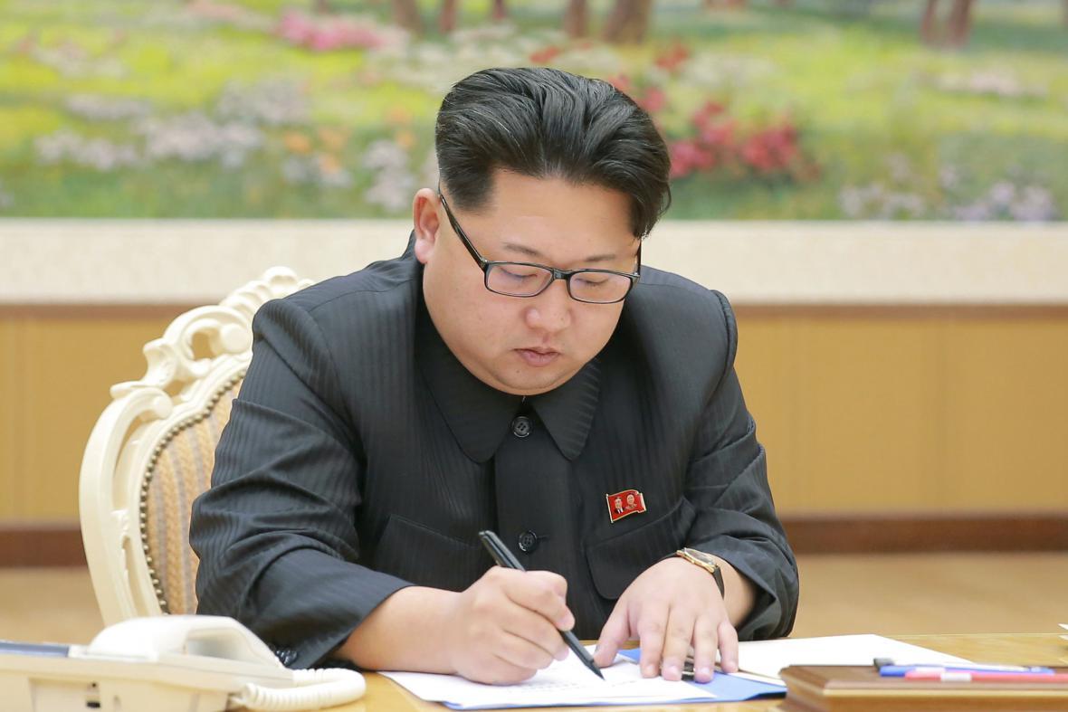 Kim Čong-un při podpisu rozkazu zkoušky vodíkové bomby