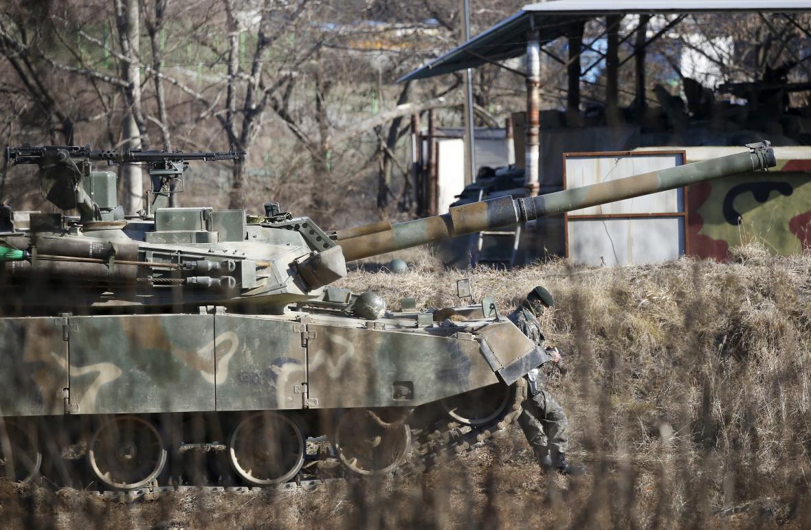 Jihokorejský voják poblíž hranice s KLDR