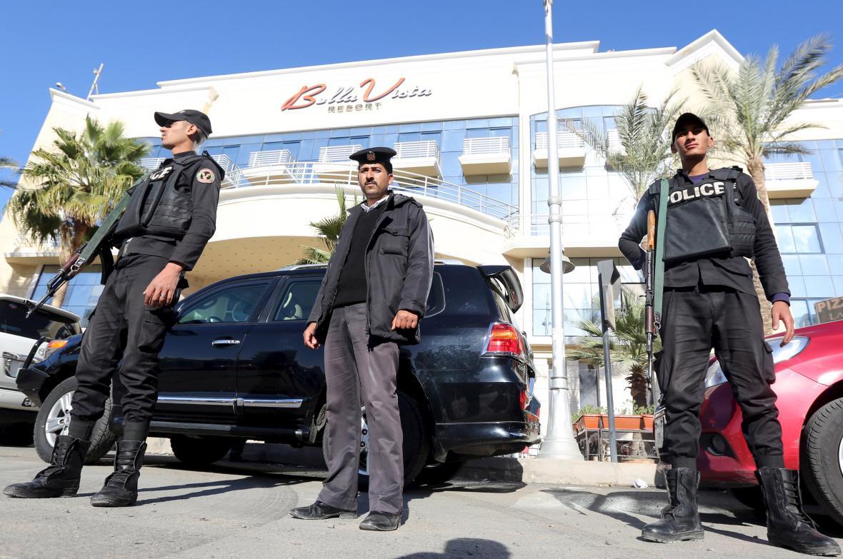 Ozbrojenci střeží dějiště pátečních útoků