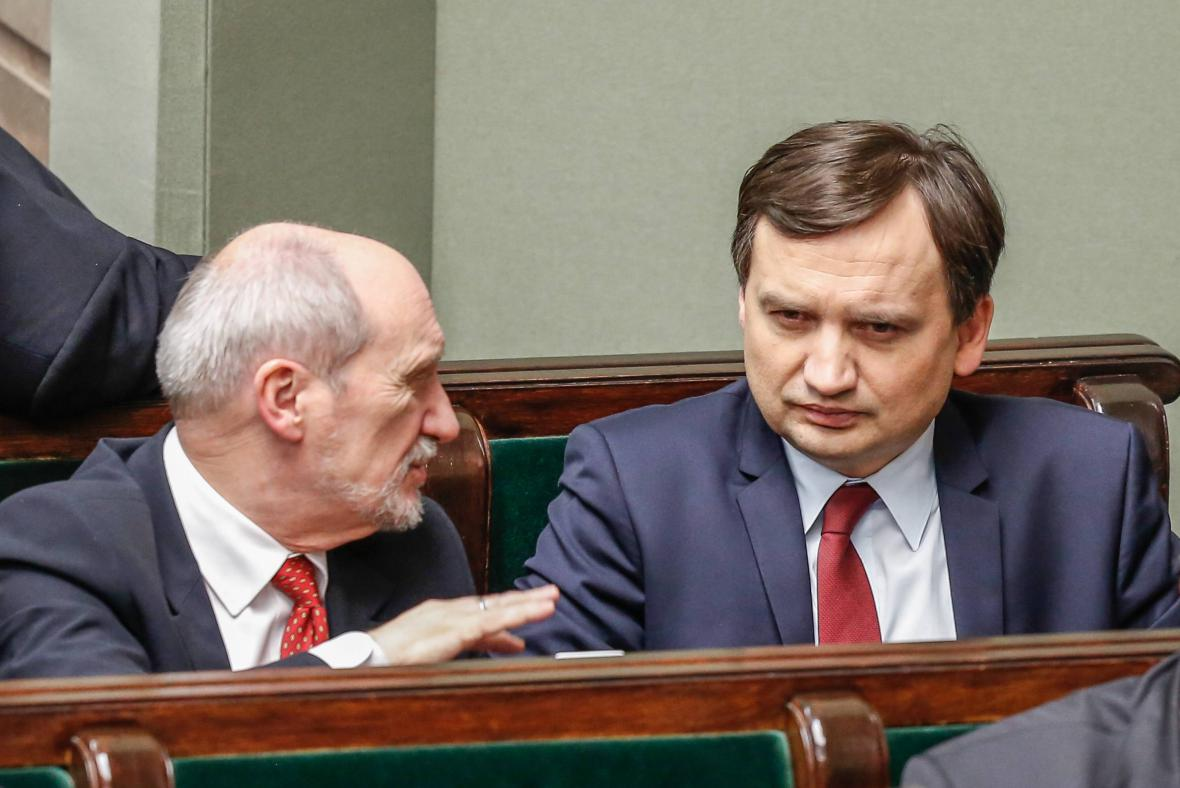 Polští ministři obrany Antoni Macierewicz (vlevo) a spravedlnosti Zbigniew Ziobro