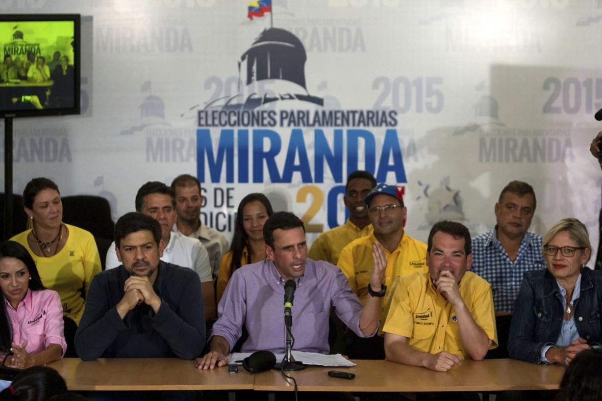 Představitelé opozice v čele s Henriquem Caprilesem