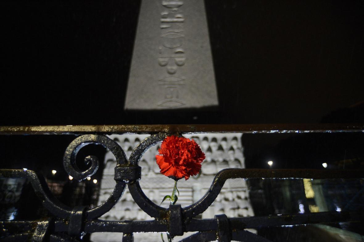 Lidé nosí k místu výbuchu v Istanbulu květiny