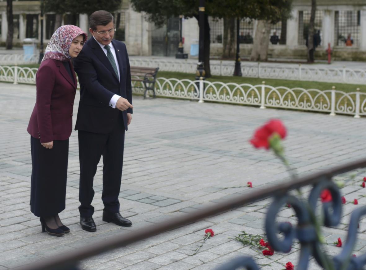 Ahmed Davutoglu s manželkou na místě teroristických útoků v istanbulu