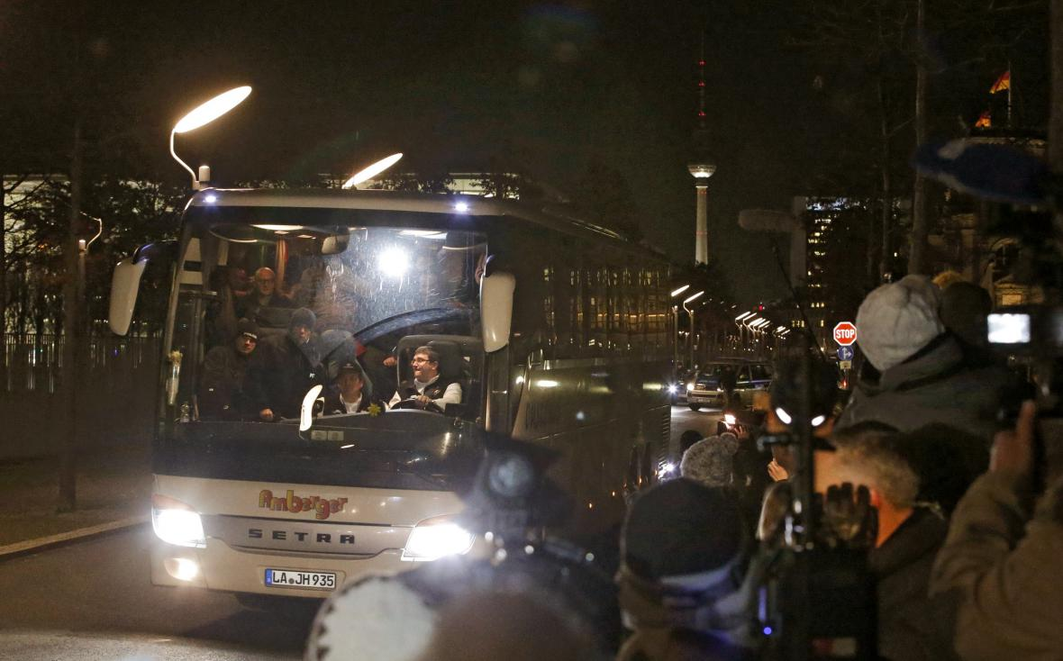 Autobus s migranty z Landshutu dorazil večer před budovu kancléřství