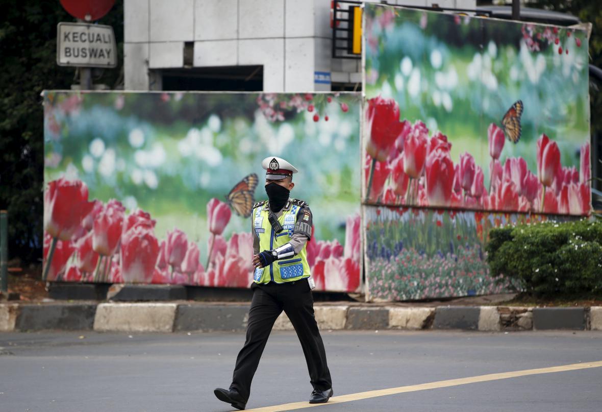 Indonéský policista poblíž místa útoku