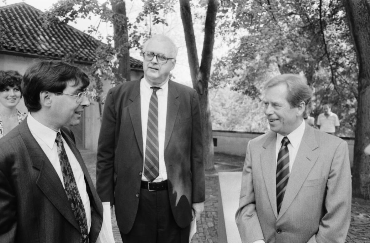 Básník David Shapiro (zleva), architekt a sochař John Hejduk a prezident Václav Havel