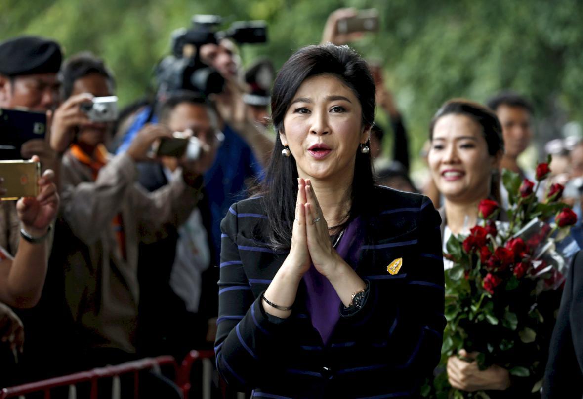 Jinglak Šinavatrová na cestě k soudu