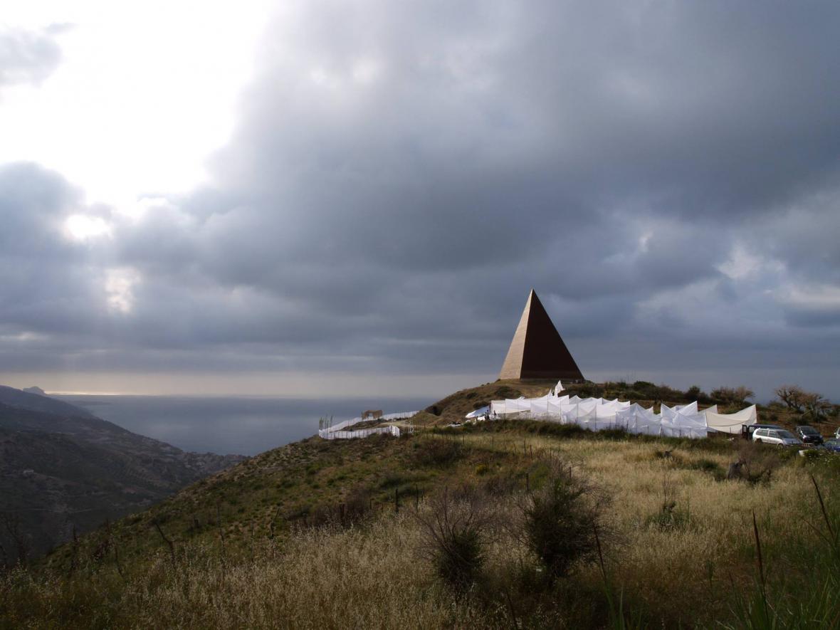 Mauro Staccioli / La Piramide-38 Parallelo před Slavností světel