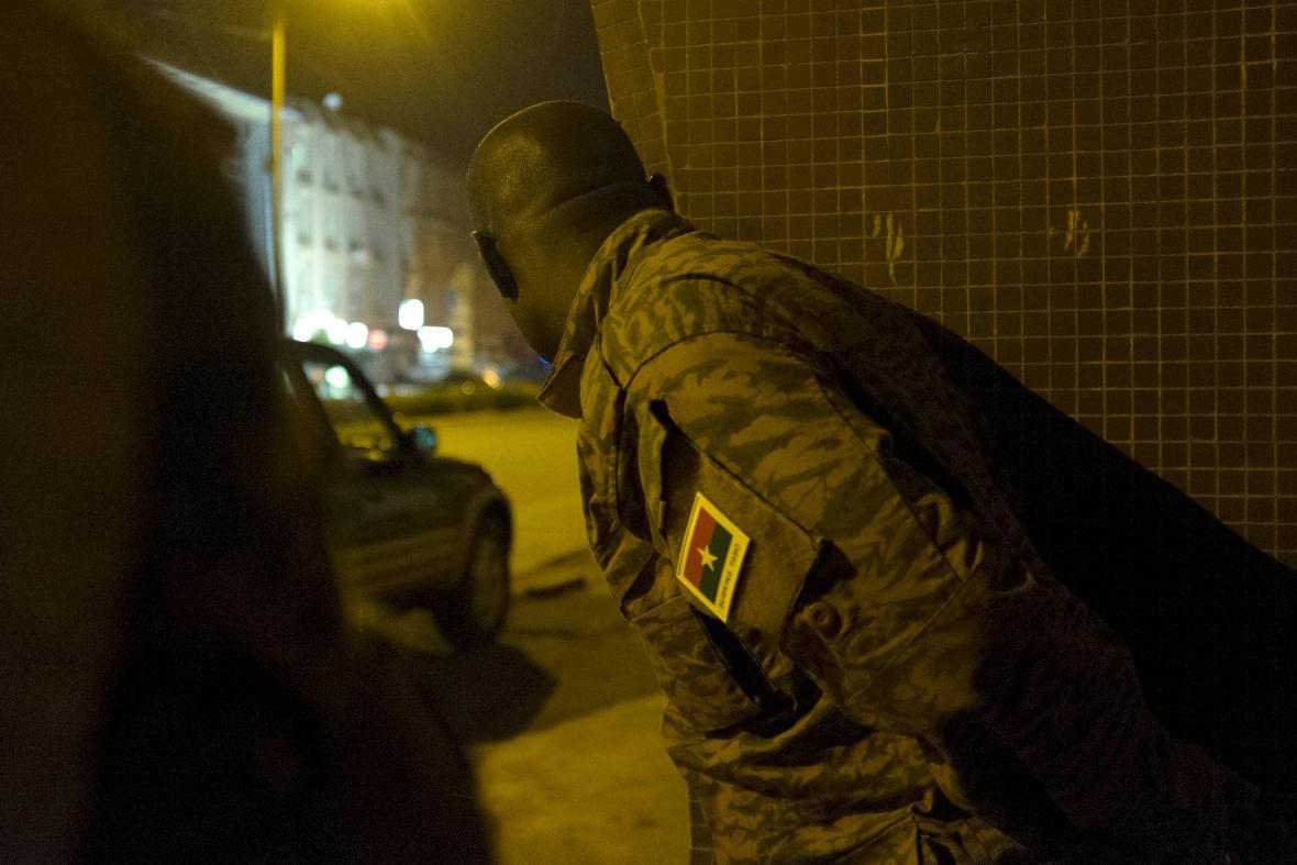 Burkinafaský voják při zásahu proti útočníkům al-Káidy