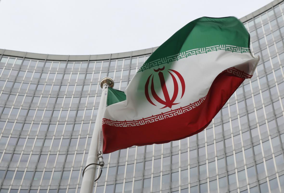 Íránská vlajka před vídeňským sídlem MAAE