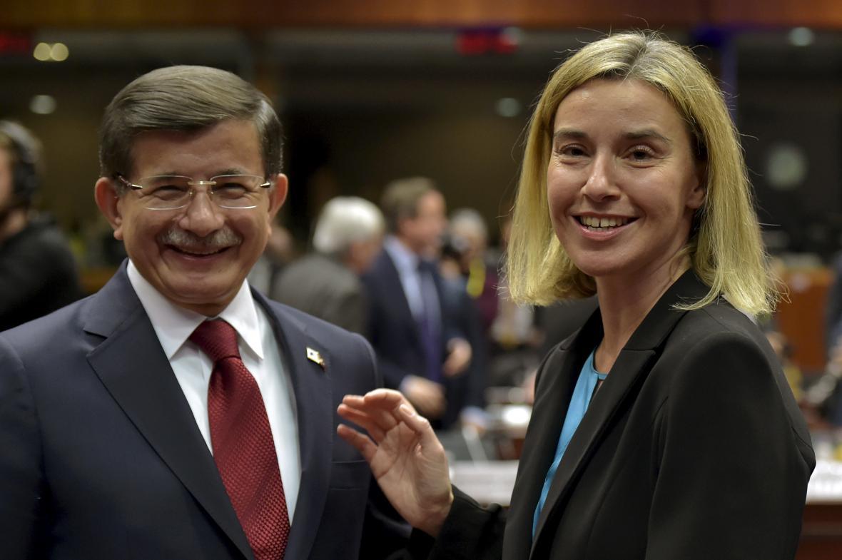 Turecký premiér Mehmet Davutoglu a šéfka evropské diplomacie Federica Mogheriniová