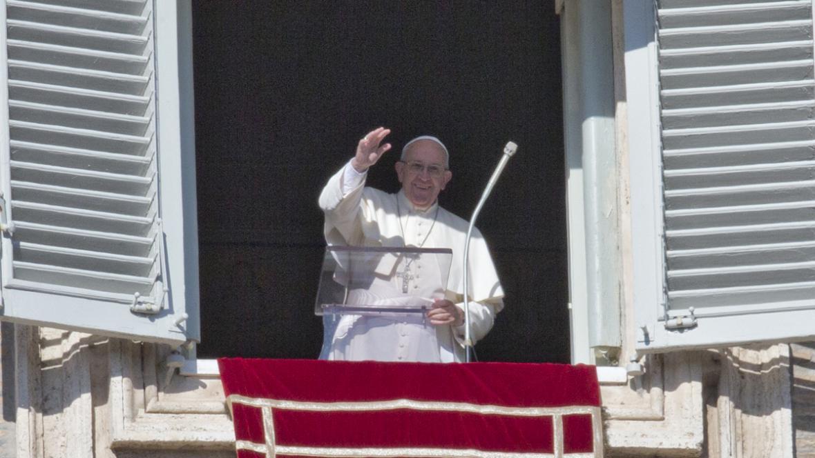 Papež Franntišek při tradiční modlitbě Anděl Páně